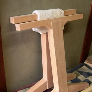 2本脚のダイニングテーブル